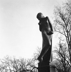 Sculpture (rotabaga) Tags: sverige sweden svartvitt göteborg gothenburg lomo lomography lubitel166 fomapan mediumformat mellanformat 120 blackandwhite bw bwfp