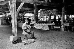 OLYMPUS 35 RC FOMA 100 à 200 LC29 (Leinik) Tags: olympus 35 rc foma 100 à 200 lc29 musicien guitare bw marché mercat mercado black white blanc noir blanco negro