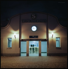 S-Bahnhof Treptower Park (Konrad Winkler) Tags: berlin sbahnhof treptowerpark passanten uhrzeit licht nacht winter langzeitbelichtung kodakektar100 mittelformat 6x6 hasselblad503cx epsonv800