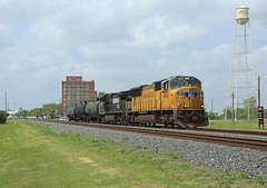 4868 + 9491, Sugar Land,  26 March 2018 (Mr Joseph Bloggs) Tags: emdsd70m railway railroad bahn train treno sugar land texas usa united states america emd electro motive division gm general motors up union pacific imperial 4868 sd70 sd70m 9491 norfolk southern ns gec409w ge electric freight cargo local