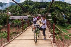 Visutý most v Muang Khua (zcesty) Tags: most laos1 kolo děti domorodci muangkhua laos dosvěta phongsalyprovince la