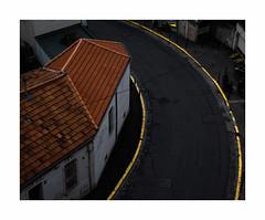 Entre chien et loup (hélène chantemerle) Tags: rue soir toit marquage trottoir jaune noir rouge street evening roof sidewalk line yellow black red