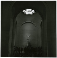 NIKE (Tamakorox) Tags: france paris greek louvre louvremuseum nike art japan japanese asia lights shadow film analoguecamera b&w zenzabronicas2 kodaktmax400 fujibrovarigradewp パリ フランス 美術館 日本 日本人 彫刻 ニケ像 ニケ ルーヴル
