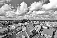 DSC_2890-2  Blick über die Dächer von Soltau - dichte weiße Wolken am Himmel; schwarz-weiß-Aufnahme. (stadt + land) Tags: bilder stadt soltau lüneburger heide lüneburgerheide bundesland niedersachsen landkreis heidekreis fotos sehenswürdigkeiten stadtportrait reisefotografie dächer dichte weise wolken himmel schwarzweisaufnahme