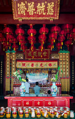 Singapore - Three Generation praying (dbo.photography) Tags: singapore asia temple pray quiet colors peace travel discover religion serenity street photography