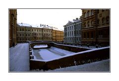 St.-Petersbourg paralysée par le froid (1978) (PtiteArvine) Tags: russie urss 1978 stpetersbourg leningrad hiver froid gel canal immeubles histoire crépuscule sunset