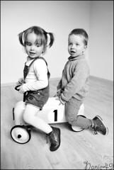 Hannaé & Léo. (nanie49) Tags: famille familia family famiglia france enfant enfance child kid childhood bambino infanzia niño infancia kindheit детство nikon d750 portrait retrato nanie49 nb bn jumeaux gemeles twins