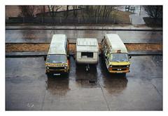 analog - Olympus Trip 35 - Kodak Gold 200 (tom-schulz) Tags: olympustrip35 kodakgold200 film 35mm analog berlin thomasschulz frame rahmen vw bully wohnwagen regen gelb