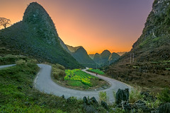 "_DSC6636-0218 ""Curve""Mèo vạc,Hà giang (HUONGBEO PHOTO) Tags: sigma1224mm sonya7r hàgiang mèovạc pảilủng northvietnam north countryside photography view vietnamscenery vietnamlandscape road curve sunset mountains outdoor highland landscape"