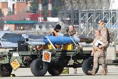 Armando F-18 Ala 12 (Ejército del Aire Ministerio de Defensa España) Tags: ala12 f18 hornet mcdonnelldouglasf18hornet baseaéreadetorrejón misiles bombas misil bomb armas ejércitodelaire spanishairforce explosives removebeforeflight armeros