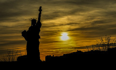 Un art de vivre... (paninho) Tags: paris france liberté liberdade silhouette soleil sunset coucherdusoleil pôrdosol statuedelaliberté estátuadaliberdade gold statueofliberty