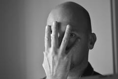 Portrait regarder caché (nicolaspetit7878) Tags: 18 50mm nikon pose noirblanc blackwhite noiretblanc autoportrait monsieur doigts œil main visage garçon moi me homme man portrait