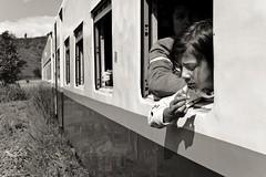Hsipaw-Mandalay. Myanmar (Igorza76) Tags: myanmar república unión birmania republic union burma asia sudeste asiático southeast hsipaw thibaw သီပေါ သီႇပေႃႉ shan state estado mandalay gokteik gohteik viaduct bridge puente train tren ferrocarril railroad railway ဂုတ်ထိပ်တံတား ventana window vagon wagon young girl niña pelo hair blanco negro zuri beltz baltz black white bw bn zb blackandwhite blackandwhitephoto fuji xt10 2017 oporrak