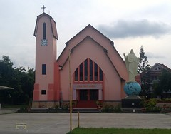 Flores Ende Church Christ King 20171206_081329 LG (CanadaGood) Tags: asia asean seasia indonesia indonesian nusatenggara eastnusatenggara nusatenggaratimur sundaislands flores ende church building romancatholic statue globe cross canadagood cameraphone 2017 thisdecade color colour blue red architecture