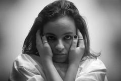 ILUMINISMO - Insanidade (Simone Sattler) Tags: iluminismo insanidade expressoes sensações pb bn bw preto cinza branco expressões mulher interpretações retrato dualidade mãos olhares abstrato minimalismo simplicidade essencia expressão sentimentos corpo corporal