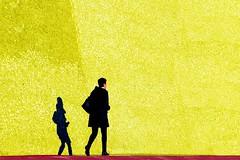 Sui  bastioni (meghimeg) Tags: 2018 sestrilevante donna woman muro wall giallo yellow sole sun ombra shadow