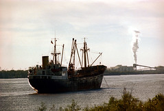 1a-458 (ndpa / s. lundeen, archivist) Tags: nick dewolf nickdewolf photographbynickdewolf 1978 1970s color 35mm film 1a reel1a louisiana southernlouisiana neworleans water river mississippi mississippiriver ship anchored atanchor flag smokestack smoke