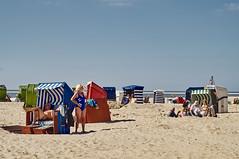 beach (Jos Mecklenfeld) Tags: borkum niedersachsen germany deutschland duitsland beach strand summer zomer sommer strandkörbe strandkorven beachbaskets people leute mensen minoltaaf50mmf17 minolta sonynex3n de