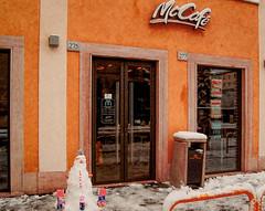 Caffè con neve (o.solemio) Tags: photo n° 439 minoosolemio mccafè strada negozio neve pupazzo entrate allaperto cestino muro colore nikond40
