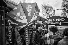 renversant (Jack_from_Paris) Tags: l1012550bw leica m type 240 10770 leicaelmaritm28mmf28asph 11606 dng mode lightroom capture nx2 rangefinder télémétrique bw noiretblanc noir et blanc monochrom wide angle street paris kiosque journaux pizza pino touristes regards la joconde parapluie umbrella