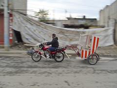 """... by Fermin Guzman - Comparto otra serie de imágenes que realice en el 2008. Esta vez tome imágenes a los """"Moto taxistas"""" de mi barrio, la colonia Los Olivos en el municipio de Chimalhuacán, EDOMEX. Anduve varias semanas con ellos, la ventaja que tuve es que a muchos de ellos los conozco y la cercanía fue más fácil. Municipios como Chimalhuacán y Nezahualcóyotl se han caracterizado por la proliferación de esta chamba u oficio, al principio eran los llamados """"Bici taxis"""" que efectivamente usaban una bici y se crearon con la idea de reducir la contaminación en el ambiente y dar chamba a la banda, posteriormente aumento el uso de las motos y su nombre cambio a """"Moto taxi"""". Dentro del argot de los moto taxistas se escucha mucho la palabra """"Calandria"""" que es la estructura en la que van sentados los pasajeros y muchos moto taxistas las adornan con motivos religiosos o referentes al barrio.  La cámara que use para hacer esta serie y la del pueblo de mi abuela fue una compacta Samsung S1050 pequeñita y discreta pero de buena calidad en la imagen. 10 añotes han pasado y aun tengo presente estas imágenes, grandes recuerdos me ha dejado la fotografía…   Puro Chimal esos…  Moto taxistas del barrio…  Chimalhuacán, EDOMEX 2008…   #lapurastreetphotographymexicana  #streetphotography_mexico  #JovenesCreadores  #everydaymexico  #10AñosDeFoto  #_enlacalle  #streetsmx  #FONCA  #laestrit"""