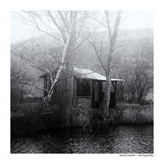 fischer's house (Der Zeit die Augenblicke stehlen) Tags: monochrom bw sw hth56 hütte fischer see teich
