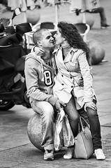 Felicidad (fotochemaorg) Tags: alegre amor beingtogether blackandwhite blancoynegro calle cheerful couple cursodefotografía escenaurbana estarjuntos felicidadltconceptos fotografíacallejera happiness love madrid pareja people personas smiling sonriendo street streetphotography urbanscene