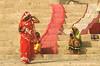 SÉCHAGE SUR LE GANGE (Jean d'Hugues) Tags: inde sacré linge ghats varanasi bénarès rouge orange jaune fleuve indiennes marches gange sari choli