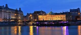 à gauche Musée d'Orsay à droite Palais de la Légion d'Honneur