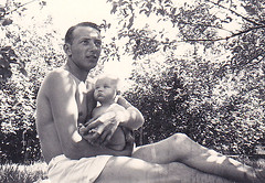 My dad and my sister 1955 (Ankar60) Tags: sweden sweidish svensk svenskt sverige 60 tal 1960 sixties 60s 1960s sextiotal gammalt gamla foto foton photo child children kid kids barn nostalgi svartvitt black white