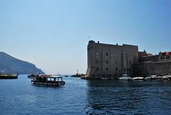 Puerto de Dubrovnik (Croacia, 16-6-2017) (Juanje Orío) Tags: 2017 dubrovnik croacia croatia patrimoniodelahumanidad worldheritage puerto mar sea agua water barco boat ship fortaleza fortress
