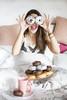 Hoy va a ser un día redondo (kinojam) Tags: portrait desayuno breakfast donuts chica girl redondo rounded funny kino kinojam canon canon6d