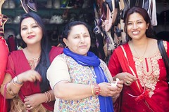 Mother with her Daughters (Jean Ka) Tags: approved népal nepal kathmandu kathmandou women newari smile lächeln sourire people portrait