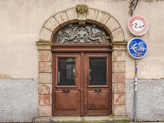 Porte arrière du 23 Rue des Orphelins (Zéphyrios) Tags: strasbourg alsace grandest nikon d7000 door porte ferronerie feuilledacanthe xviii
