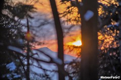 2018.03.22 Diabelski zachód zza drzew (Meteor Foto) Tags: meteor meteorfoto czwartkowaimpresjagórska góry gory mountain mountains zima winter słońce slonce sun wieczór evening lubońwielki beskidwyspowy las drzewa trees liście gałęzie kolory kontrast barwy pejzaż zimowypejzaż zachódsłońca sunset