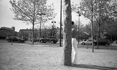 In Paris (2006) (flemi) Tags: konica hexaraf scenederue streetscene noiretblanc nb bw france paris blackandwhite ilford delta400400