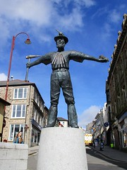 Celebrating Redruth's heritage [Explored] (pefkosmad) Tags: redruth cornwall england uk holiday vacation vacances towncentre town forestreet statue sculpture miner cornishtinminer tinminer davidannand bronze explore explored