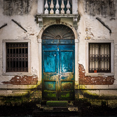 Old building in Venice (hjuengst) Tags: venice venedig venezia italy italien italia window door fenster haustür sanpolo
