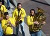 Con la música a otra parte (Franco D´Albao) Tags: francodalbao dalbao lumix músicos musicians banda band música music metal instrumentos instruments calle street amarillo yellow