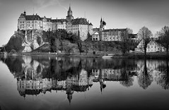 Schloss Sigmaringen (Jensens PhotoGraphy) Tags: sigmaringen hohenzollern donau schwarzweiss black white schloss burg fluss river badenwürttemberg spiegelung wasser water