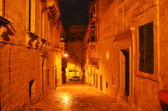 Night in Valletta (DameBoudicca) Tags: malta malte マルタ valletta lavaleta lavalette lavalletta バレッタ night natt nacht notte nuit noche 夜 house hus haus maison casa 住宅 じゅうたく street gata strase calle rue strada 道