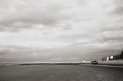 Oostduinkerke (Atreides59) Tags: belgique belgium plage beach mer sea bateau bâteau boat sable sand ciel sky nuages clouds black white bw blackandwhite noir blanc nb noiretblanc pentax k30 k 30 pentaxart atreides atreides59 cedriclafrance