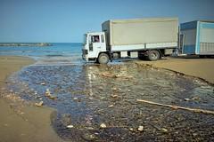 Camel trophy (N I C K ....1 8 2 8) Tags: cupramarittima camion truck mare sea sun shadow spiaggia beach fiume riflessi river volvo lunapark nick 1828