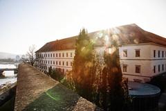 Das Linzer Schloss in der Morgensonne (Ralph Punkenhofer) Tags: martinskirche schloss blaue kirche linz stunde video linzerschloss österreich oberösterreich morgensonne gegenlicht nikon d750 sigma 24105