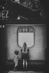 La curiosité est un vilain défaut... (Isa-belle33) Tags: enfants children kids girl boy fille garçon bnw monochrome fujifilm blackwhite blancetnoir blackandwhite window fenêtre singe gorille monkey