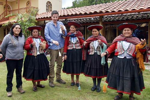 peru-sacred-valley-chinchero-womens-weaving-cooperative-tom-spinning-yarn