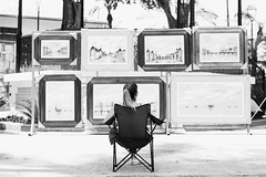vendendo quadros (renanluna) Tags: mulher woman quadros frames monocromia monochromatic pretoebranco blackandwhite pb bw sãopaulo 011 sp br 55 fuji fujifilm fujifilmxt1 xt1 35mm fujinon35mmf14xfr fujinon renanluna