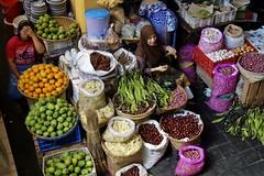 "INDONESIEN, Java, Auf dem Gewürzmarkt in Yogyakarta, 17326/9868 (roba66) Tags: reisen travel explorevoyages urlaub visit roba66 asien südostasien asia eartasia ""southeastasia"" indonesien indonesia ""republikindonesien"" ""republicofindonesia"" indonesiearchipelago inselstaat java yogyakarta market markt gemüse frau woman"