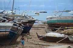Terrain de jeux (RarOiseau) Tags: madagascar nosybe port bateau enfant sable andampy mer v1000