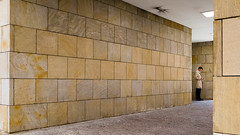 Irrweg (knipserkrause) Tags: smartphone wall handy cellphone man trenchcoat